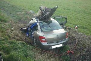 Zrážka osobného auta s kamiónom si vyžiadala jednu obeť. Ďalšia osoba je zranená.