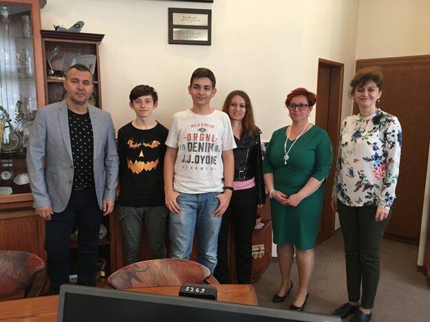 Študentov vpriebehu týždňa privítala  aj primátorka Alexandra Gieciová atalentovaným žiakom odovzdala drobnú finančnú hotovosť.