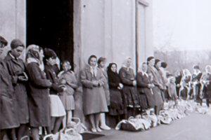 Svätenie jedál pred kostolom v Ťahanovciach v roku 1958.