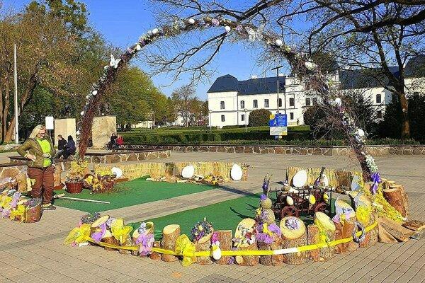 Námestie pred humenským kaštieľom je plné jarných kvetín i kraslíc.