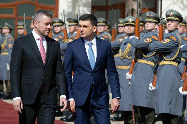 Zľava predseda vlády Peter Pellegrini a ukrajinský premiér Volodymyr Borysovyč Hrojsman počas uvítacieho ceremoniálu v Bratislave 16. apríla 2019.