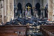 Pohľad do interiéru Katedrály Notre-Dame po požiari.