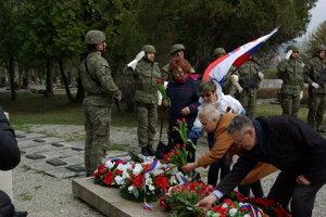 Kladenie vencov a kytíc na Partizánskom cintoríne v Martine.