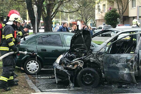 Auto horelo na parkovisku na Prostejovskej ulici.