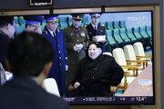 Muž sleduje televízne spravodajstvo ma železničnej stanici v juhokórejskom Soule o tom, ako severokórejský vodca Kim Čong-un osobne dohliadol na odpálenie nového typu taktickej navádzanej strely.