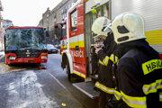 Požiarnici zasahujú pri nehode autobusu a trolejbusu.