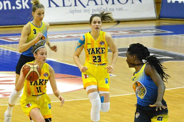 Košičankám sa sen o medaile začal rozpadať už v semifinále s Piešťanmi, kedy sa ako prvá zranila kapitánka D. Blanárová (v strede).