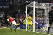 Hosťujúci Simon Deli si strieľa vlastný gól v zápase Chelsea Londýn - Slavia Praha.