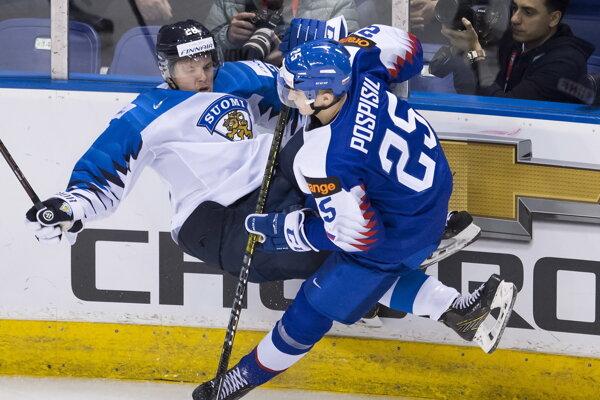Slovenský hokejista Martin Pospíšil (vpravo) a Fín Sami Moilanen bojujú pri mantineli počas zápasu základnej B-skupiny na majstrovstvách sveta hráčov do 20 rokov.
