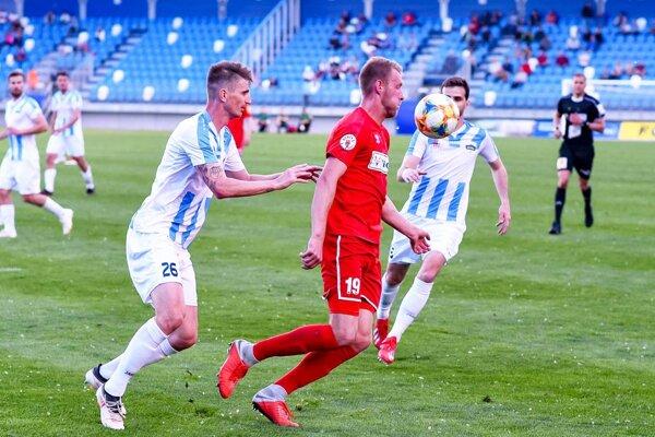 Pavol Farkaš zachránil pre Nitru bod gólom v 95. minúte. Vpravo vionista Dočekal.