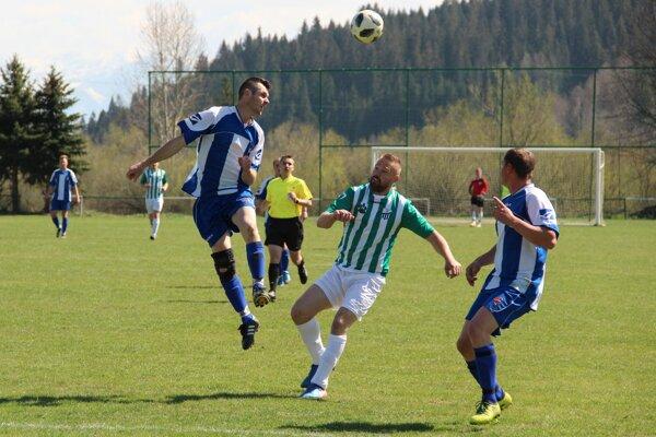Oravská Polhora (v bielomodrých dresoch) vyhrala jednoznačne 3:0.