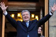 Dosluhujúci ukrajinský prezident Petro Porošenko.
