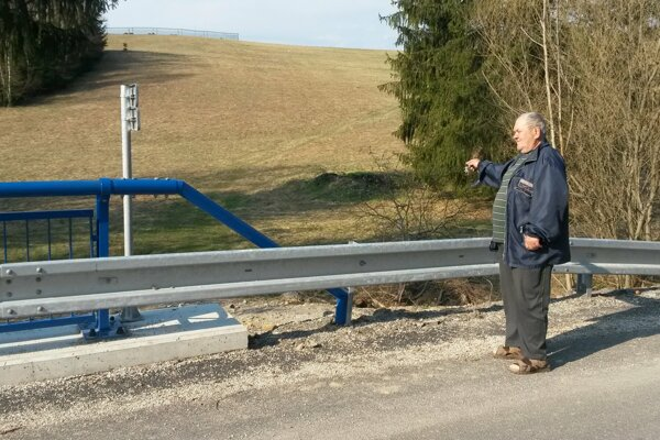 Ján Poláček zMilošovej ukazuje na pozemok, oktorý sa stará päťdesiat rokov.