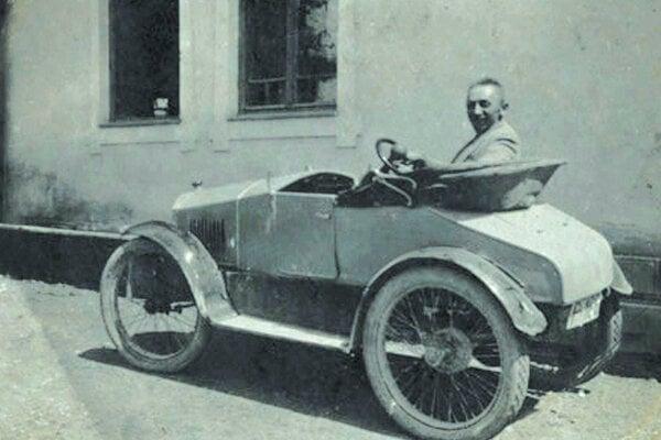 Zámočník Michal Majer vo svojom aute.