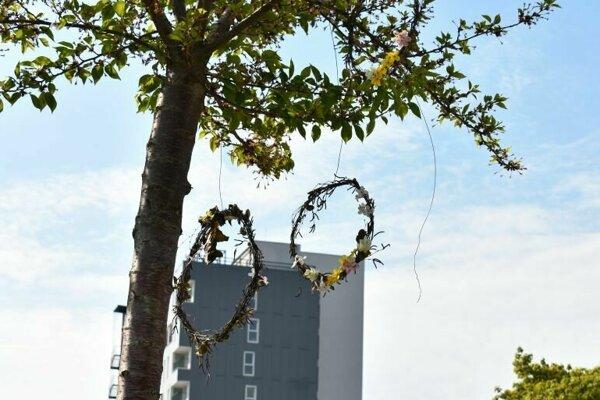 Venčeky na stromoch v centrálnej mestskej zóne.