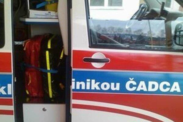 Muža odovzdali mestskí policajti záchranárom.