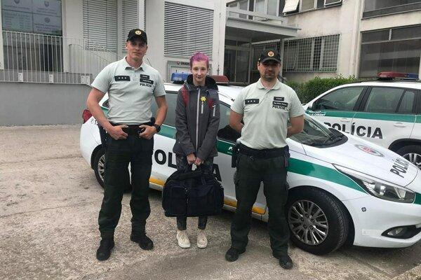 Policajti s mladou ženou, ktorej pomohli.