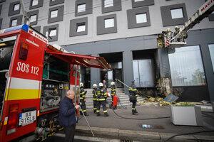Na mieste zasahovalo 24 hasičov so siedmimi vozidlami.