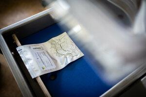 Z balení sa musí vysať všetok vzduch. V takýchto vreckách sa budú prevážať do Svetovej génovej banky aj slovenské semená.