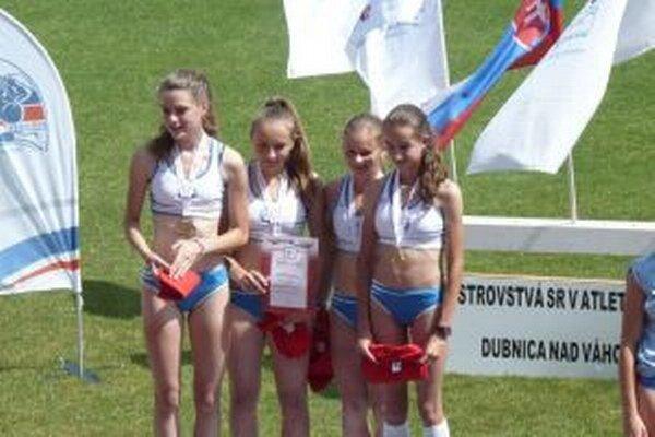 Víťazná štafeta Dubnice na 400 - 300 - 200 - 100 m. Zľava Žilková, šedová, Zápotočná a Kudlíková.