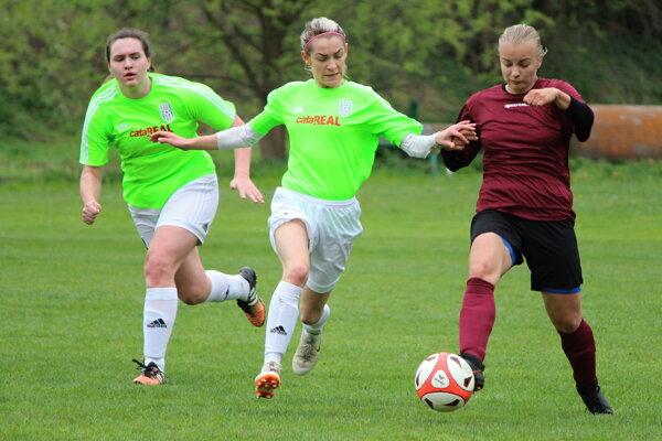 Domáce dievčatá (v krikľavých dresoch) na jar vyhrali všetky tri zápasy.