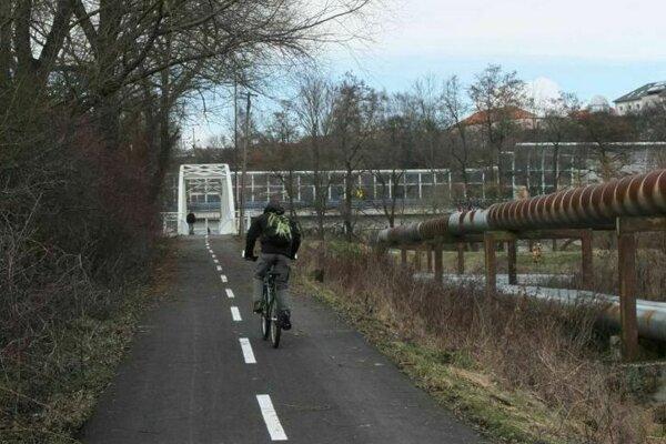 Na cyklotrase od kortínskeho mosta po vrátnicu priemyselného areálu chýba ovetlenie.
