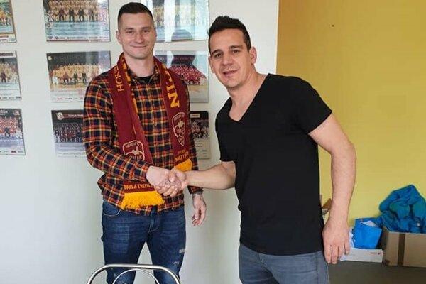 Obranca Jozef Sládok (vľavo) s Brankom Radivojevičom.