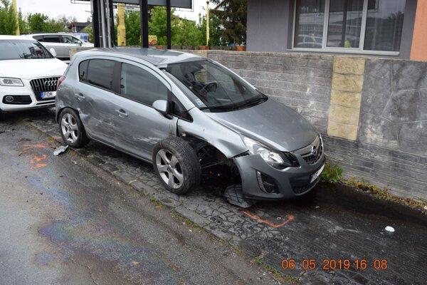 Mladík počas svojej jazdy zničil hneď dve zaparkované autá.
