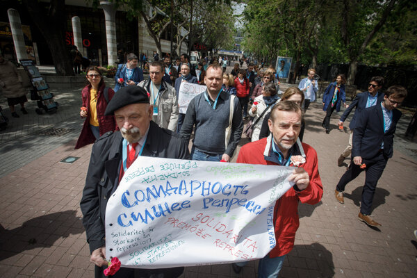 Účastníci zastupujúci prominentné iniciatívy v oblasti ľudských práv a ďalších sfér občianskej spoločnosti z celej Európy počas pochodu z Poštovej ulice k pamätníku Jána Kuciaka a Martiny Kušnírovej.