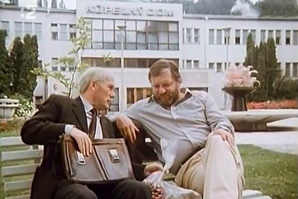 Vlado Müller a František Dibarbora pri kúpeľnom dome v Sliači.