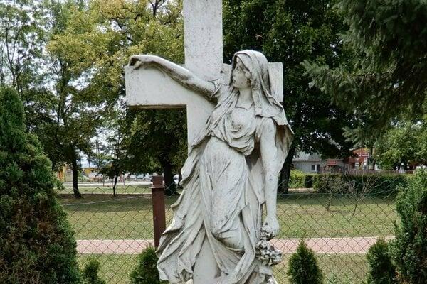 Pomník je už obnovený.