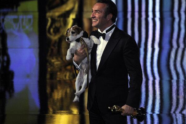 Jean Dujardin s Oscarom a so psíkom, s ktorým hral vo filme The Artist.