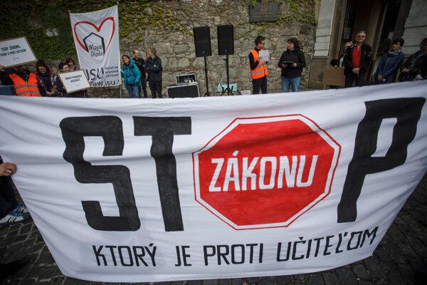 Učitelia protestovali proti opätovnému prijatiu zákona.
