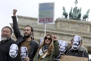 Demonštrácia na podporu šéfa Wikileaks Juliana Assangea v Berlíne.