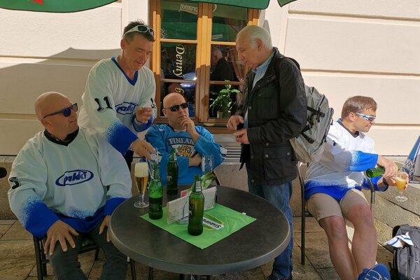 Skupinka Fínov sa na MS veľmi tešia.