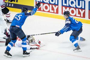 Hráči Fínska oslavujú gól v zápase proti Kanade na MS v hokeji 2019.
