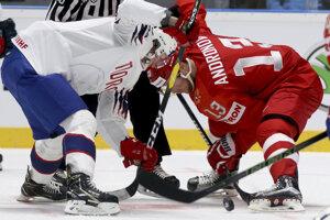 Michael Haga (vľavo ) a Sergej Andronov počas vhadzovania v zápase Ruska proti Nórsku na MS v hokeji 2019.
