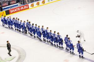 Slovenskí hokejisti počas štátnej hymny.