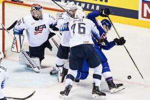 Marko Daňo pred americkou bránkou v zápase USA - Slovensko na MS v hokeji 2019.