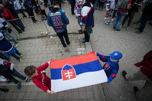 Fanúšikovia pred štadiónom tesne pred začiatkom zápasu.