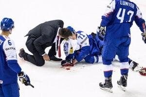 Slovenský obranca Marek Ďaloga utrpel zranenie v zápase Slovenska s Fínskom, po ktorom opustil ľadovú plochu v sprievode lekárov.