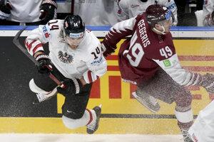 Patrick Peter (vľavo) v zápase Lotyšsko - Rakúsko na MS v hokeji 2019.