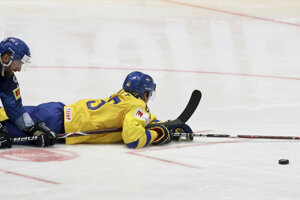 Švéd Jesper Bratt a Talian Angelo Miceli v súboji o puk.