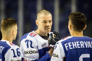 Marek Ďaloga (uprostred) počas tímového fotenia na MS v hokeji 2019.