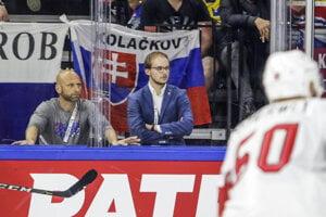 Mediálny manažér reprezentácie Peter Jánošík (v strede) je spojkou medzi novinármi a tímom.