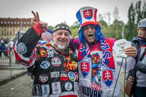 Slovenský a nemecký fanúšik pred zápasom.