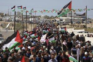 K hraniciam Pásma Gazy s Izraelom prúdili tisíce ľudí.