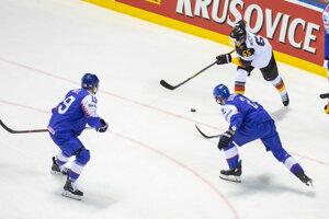 Matúš Sukeľ a Andrej Sekera v zápase Nemecko - Slovensko na MS v hokeji 2019.
