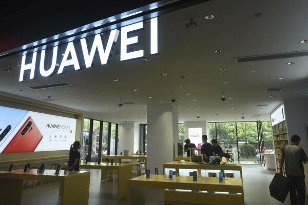 USA zakázali fimám v krajine predávať Huawei dôležitú technológiu.