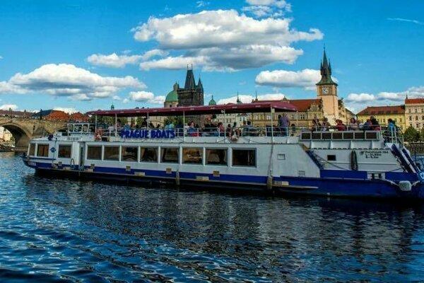 Plavba lode po Vltave v Prahe.